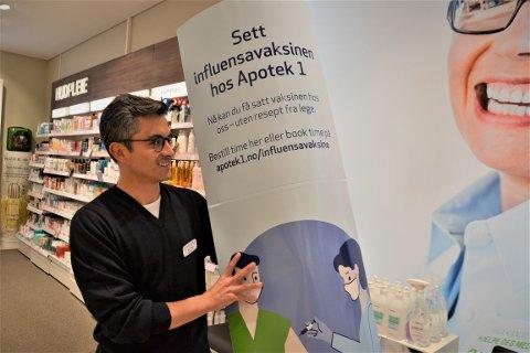 MERKER GJENÅPNINGEN: Daglig leder Victor Betancourth ved Apotek1 på Mosenteret forteller at de har merket økt salg av produkter mot forkjølelse etter at samfunnet ble gjenåpnet. Snart begynner også influensavaksineringen, og apoteket forventer stor etterspørsel.