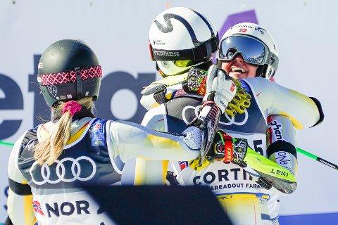 GULLKVARTETT: Sebastian Foss Solevåg og Thea Stjernesund  fra Norge gratulerer hverandre med gullet i parallellstorslalåm lagkonkurranse under VM i alpint 2021 i Cortina.