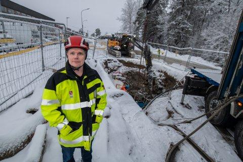 MYE MÅ SKIFTES UT: Gamle Skedsmo kommune har mange gamle vannrør som må skiftes ut. Her er et fornyingsprosjekt på 1.800 meter med prislapp 34 millioner kroner på Skedsmokorset i sluttfasen, forteller avdelingsleder Stefan Lehn-Hermandsen.
