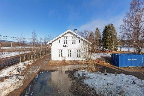 GAMMELT BYGG: De nye eierne ønsker å ta vare på mest mulig av fasaden når de skal gjøre om gamle Holm skole til bolig.