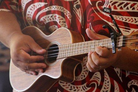LITE MARKED: Stian Granheim fra Hagan  har startet selskap for å drive netthandel, import og salg knyttet til ukuleler. Selve instrumentet er opprinnelig fra Portugal, men kom til Hawaii rundt 1870, og er der blitt nasjonalinstrument.