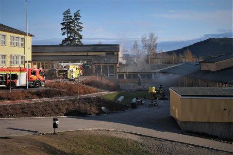 STARTET I TRANFORMATOR: Brannen på Slattum skole startet tidlig om morgenen torsdag 29. april. Fortsatt gjenstår arbeid for å utbedre skadene.