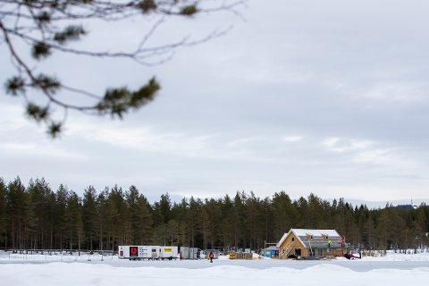 SPILTE INN BOND-SCENER: Dette huset ble midlertidig satt opp i Nordmarka til innspillingen av scenene i den kommende James Bond-filmen.