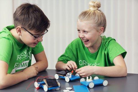 BYGGER SOLCELLEBIL: Blant aktivitetene på Forskerfabrikkens sommerskole er å bygge sin egen solcellebil.