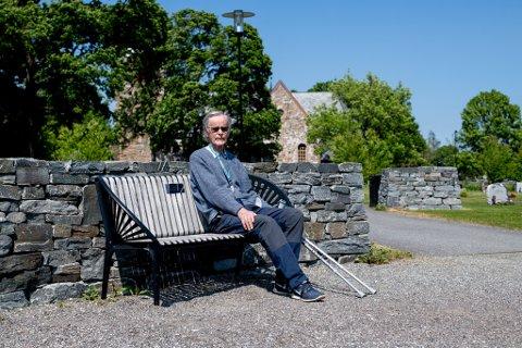 REAGERER: Hundeeieren tok med seg hunden opp på denne muren ved «tenkebenken». – En krenkelse av kirkegården, sier Roald Nygård.
