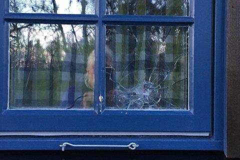FRASALONGRIFLE: Skuddskade på ei av nabohyttene til domfeltes hytte på Venabygdsfjellet i Gudbrandsdalen.