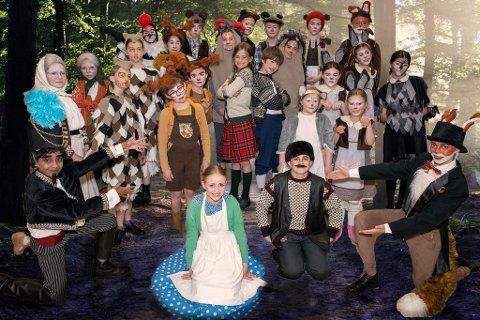 TAR MIKKELIKSKI TIL KRUTTVERKET: Trollskogen teaters juniorgruppe spiller Sirkus Mikkelikski for tredje gang, men det er første gang de tar forestillingen med seg ut.