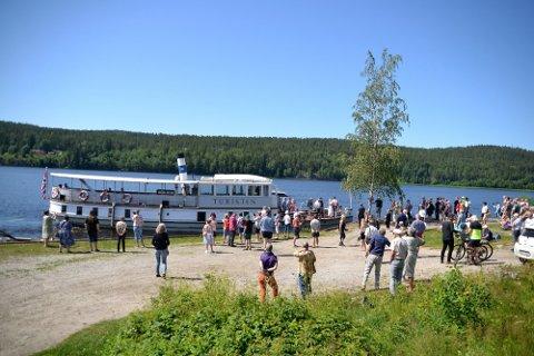 MOT ØRJE: Dampbåten DS Turisten har vært ute på ti turer hittil i år, og legger opp til flere i august.Her fra Skulerud brygge i forbindelse med åpningen av lokstallen.
