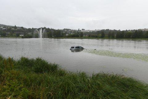 HAVNET I ELVA: Ifølge sjåføren trillet bilen ned i elva, men selve hendelsesforløpet husker han lite av.