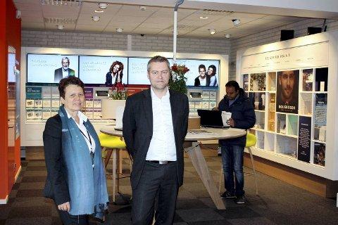 Banksjef Erik Telle-Arianseni DNB Bergen og bansjef i DNB  Fana May Sissel Syslak sier kundene er fornøyde med det nye kontoret.