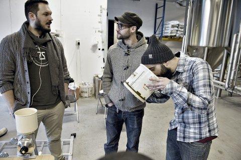 Øl over grensene: Jens Eikeset (til venstre) driver 7 Fjell Bryggeri. Forrige fredag fikk han                           besøk av engelske Brew by numbers. Dave Seymour og Geremy Luz henter sin inspirasjon fra bryggeriet på Bønes.Foto: Kai Svellingen Flatekvål