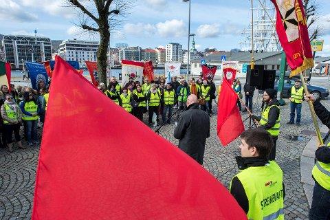200 var samlet mellom Radisson Blu og Havnekontoret hotell for å protestere mot streikebryteri og gi støtte til de streikende.