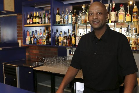 Robel Yamane Berhane kom som flyktning frå Eritrea for vel fire år sidan. No er han i 100 prosent jobb hos Elkem Bremanger og tok frå 1. mai også over drifta av Svelgen Hotel.
