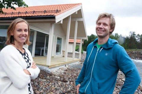 Kristine Hjelmbrekke og Tore Karlsen har investert tre millionar kroner i tre nye hytter og opprusting av Jølstraholmen camping. FOTO: SVEIN HEGGHEIM