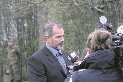 Freddy Bolle i forbindelse med markeringen av minnesmerket i Grøstadparken. Nylig holdt han et åpent foredrag om tapet av sin lillebror og alle utenlandsoppdrag. Foto: Mattias Mellquist