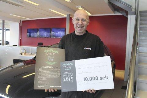 Mesternes mester: Hans-Jørgen Vinæs fra Såner med bevis på at han er den beste bilmekanikeren i Norden. Han utkonkurrerte nesten 15.000 andre bilmekanikere. begge foto: per rødahl