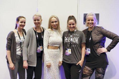 NORSKE TEAMET: Her ser vi artisten Agnete Johnsen i midten og med Vestby-jenta Charlotte Bredesen ved sin side (Nummer to fra venstre). Nå håper de at Norge tar seg videre til finalen i Eurovision Song Contest. FOTO: Thomas Hanses/EBU