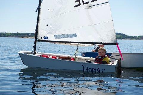 På seilskolen får barna blant annet prøve å seile optimistjolle.