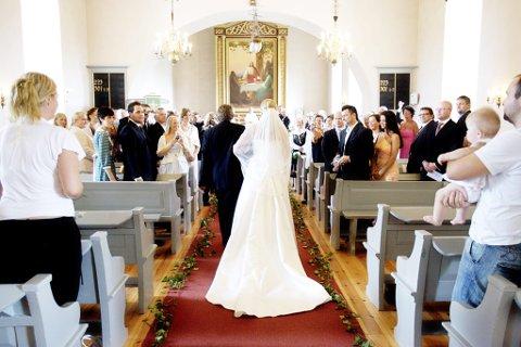BRYLLUPSETIKETTE: Skal du være gjest i bryllup, er det flere skrevne og uskrevne regler for skikk og bruk.  FOTO: Stian Lysberg Solum /
