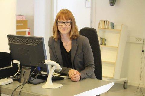 ØNSKER VELKOMMEN: Biblioteksjef Linda Rasten ønsker velkommen til et nytt tilbud ved Son bibliotek.