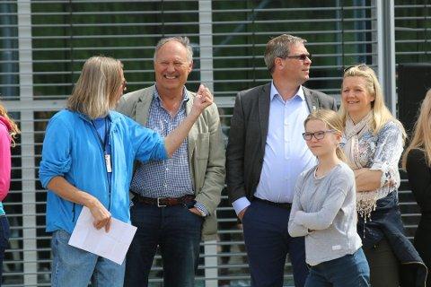 Rektor Jørn Andersen sammen med Pål Engeseth og Eirin Bolle i forbindelse med åpningen av sandvolleyballbane og sandhåndballbane tidligere i år.