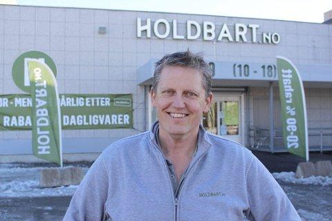 HOLDER ÅPENT: Thor Johansen i Holdbart opplyser at butikken i Vestby igjen har åpnet dørene. Butikken holdt stengt siden torsdag ettermiddag på grunn av et funn av en mus.
