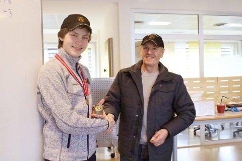 Arve Hansen gratulerer Sigmund Grimsrud med gull i skyte-NM.