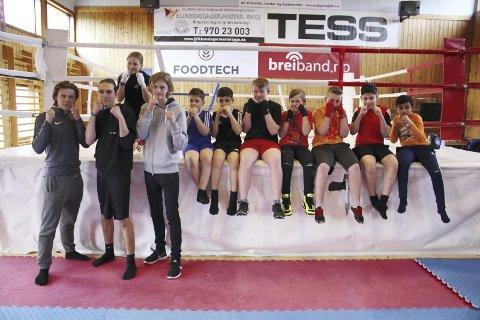 VIL HA FLERE BOKSERE: Sondre Authen, Øyvind Westby Agnor og Thomas Parker trener barnepartiet til Vestby ILs boksere. Nå vil de at flere prøver ut boksing. FOTO: MATTIAS MELLQUIST