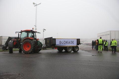 Her blokkerer Norges Bondelag for utkjøring av matvarer fra ASKOs lager i Vestby. Aksjonen startet klokken 06:00 fredag.