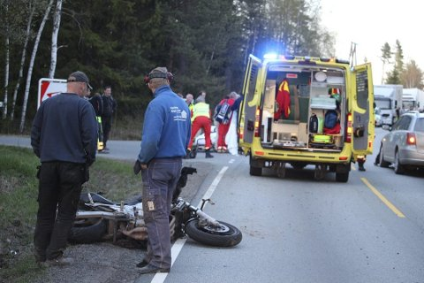En personbil kolliderte med en motorsykkel i Hølen 2015. To personer omkom i ulykken.