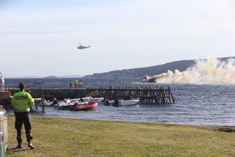En kvinne omkom etter at hun ble sittende fast under en brennende fritidsbåt i Oslofjorden ved Hvitsten lørdag ettermiddag.