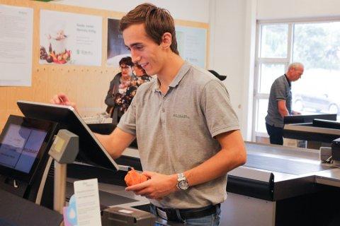 Hans Viktor Pedersen har jobbet på Holdbart i over ett år og yter ekstra service for de handlende i butikken.