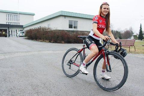 FIKK 7.000: Katrine Aalerud fra Vestby er en kvinnelig landeveissyklist i norgestoppen. Mandag fikk hun et idrettsstipend på 7.000 kroner av Vestby idrettsråd.
