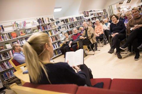 SATSER PÅ KJENTE NAVN: Maja Lunde gjestet Son i 2018. Kjell Meek fra Bibliotekets venner (tv.) sørget for god dialog.