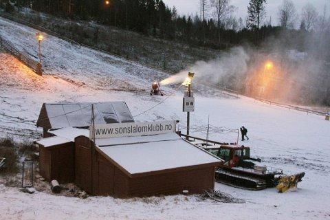 Snøproduksjon i slalåmbakken i Son