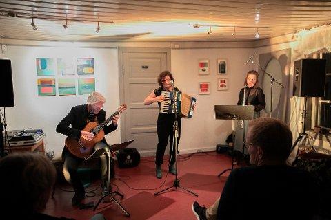 TANGOTRIOEN «CAFÉ 1930»: F.v . Gitarist Sven Lundestad , som vokalist og på trekkspill Signe Sannem Lund og fløytist Christine Møklegaard.