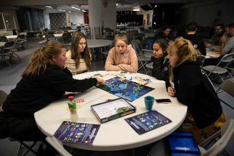 MER SPILL: Det er snart klart for en ny brettspillkveld i Vestby bibliotek. Bildet er tatt under spillkvelden i oktober i fjor. Da var arrangementet i regi av biblioteket og butikkjeden Outland AS.