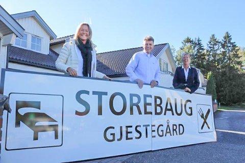 SENTRALE: Linda Solberg (til venstre), Rasim Dresh og Merethe Eriksen er nøkkelpersoner når Vestby Hyttepark nå har overtatt driften av tidligere Marche og Magnus Gjestegård på Storebaug. Stedets nye navn er Storebaug Gjestegård.
