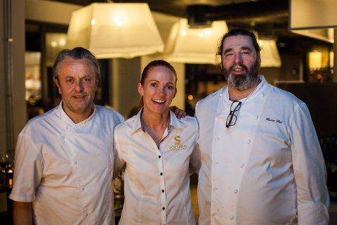 Terje Ness (fra venstre), Karianne Dyrberg og Rune Pal gleder seg over at mange strømmet til Solsiden for å spise fredag kveld.