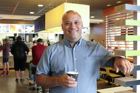 INGEN MANGLER: McDonald's i Vestby fikk et bredt smilefjes da Mattilsynet besøkte restauranten 11. oktober. Eier Eduardo Jacobsen er fornøyd.