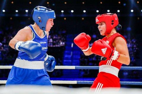 Madeleine Angelsen (i rød drakt) bokset jevnt med regjerende EU-mester Yvonne Rasmussen.