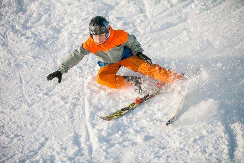 PÅBUDT I SON: Tryg Forsikring ønsker et landsomfattende påbud for bruk av hjelm i alpinanlegg. I Son er beskyttelse på hodet påbudt. (Bildet er tatt under en familiedag i bakken i Son).