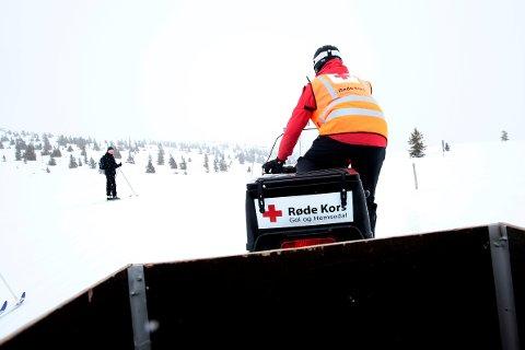 En frivillig fra Røde Kors hjelpekorps fører en scooter langs skiløypene på Golsfjellet i Buskerud.