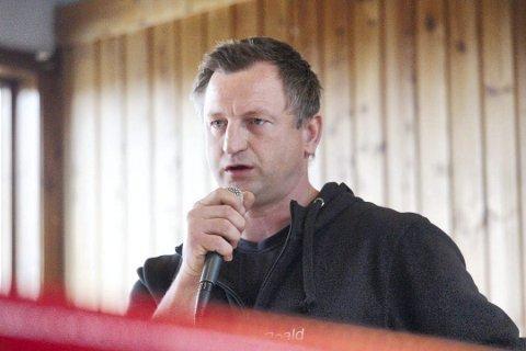 TRENER: Boksetrener Roald Rønstad støtter Angelsen.