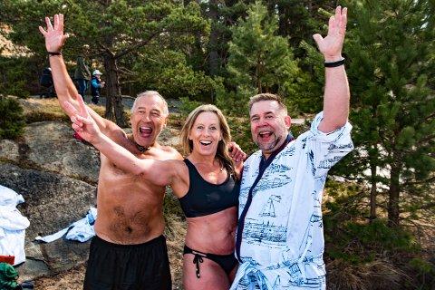 Jannet Mathisen (i midten) var en av 54 som vårbadet i Son lørdag.