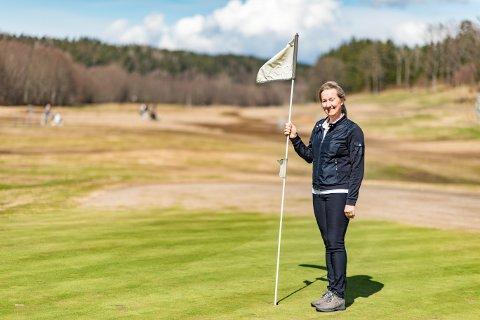 Daglig leder Julie Wahlqvist i Soon Golf gleder seg for at årets golfesong i Son er i gang.