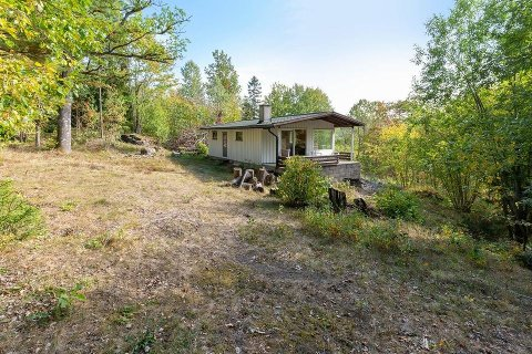 SOLGT: Eikestubben 19 har fått ny eier. Mer enn fem bugivere ønsket å kjøpe hytta i Hvitsten, som til slutt ble solgt for 700.000 kroner.