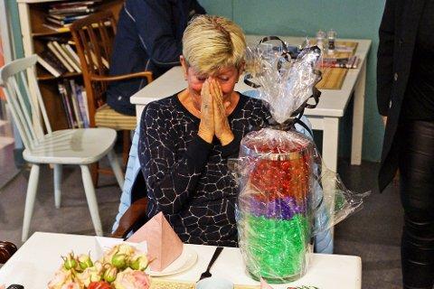 Berit ble rørt til tårer når hun mottok gaven som inneholdt over 1800 hjerter.