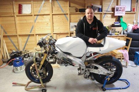 MEKKEKLUBB: Erik Kjuus driver med roadracing og har store kunnskaper om motorsykler. Tidligere i høst deltok han blant annet i det legendariske rittet på Isle of Man.