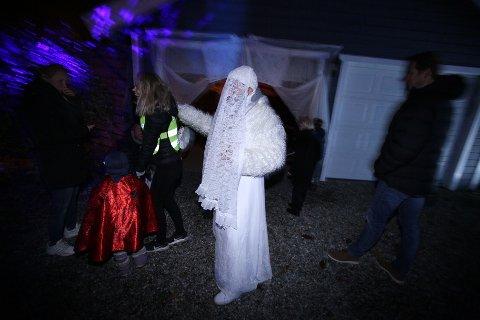 LEVENDE GJENFERD: Hvert år feires Halloween litt ekstra i Bringebærlia i Son. Liv Kreken er en av huseierne som står bak initiativet - her utkledd som et levende gjenferd.